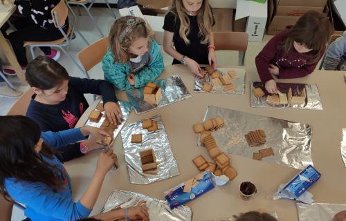 Un equip de nenes creant les seves construccions