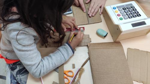 Dividimos cada dedo entre 3 para poder marcar las articulaciones. ¿I qué pasa con el dedo pulgar?
