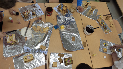 P5 kids doing their delicious construccions.