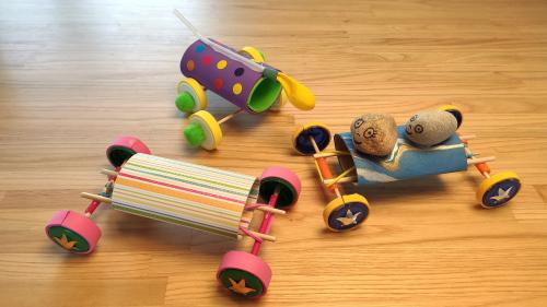 Cotxes propulsats amb globus o goma elàstica