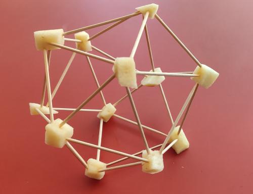 Un icosaedro hecho de palillos y trocitos de manzana.