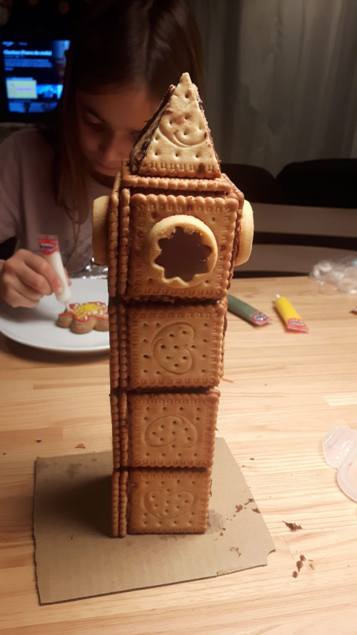 El Big Ben construido con galletas y crema de cacao
