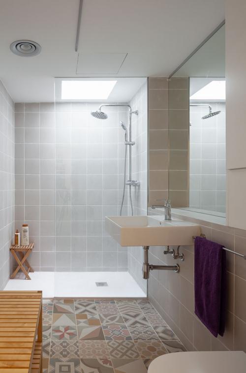 Claraboies per il·luminar el bany amb llum natural. Claraboyas para iluminar el baño con luz natural.