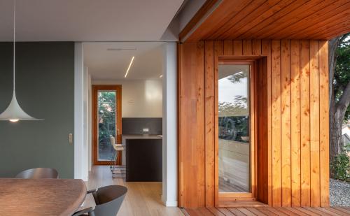 Portes corredisses que permeten guanyar espais.  Puertas correderas que permiten ganar espacios