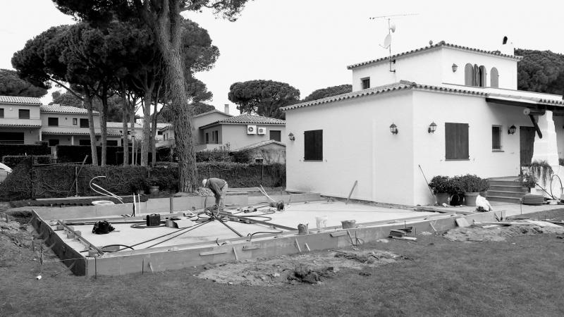 Inici de les obres d'ampliació d'una casa