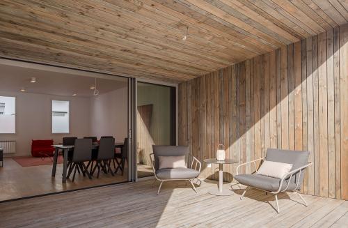 Vista exterior de la terrassa Per gaudir del pati, del sol i del confort de l'acabat exterior en fusta