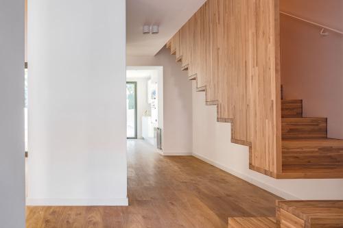 Detall de l'escala volada que comunica amb elegància i modernitat les dues plantes de l'habitatge.