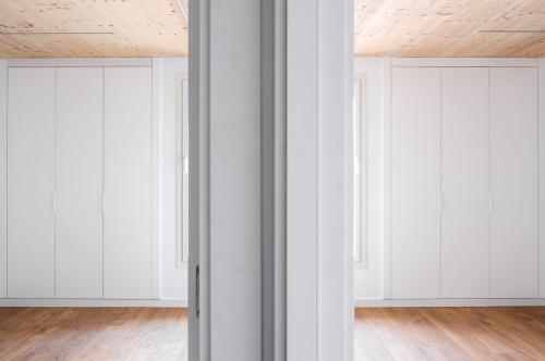Habitacions totalment equipades amb armaris fets a mida, il·luminació led i persianes exteriors motoritzades.