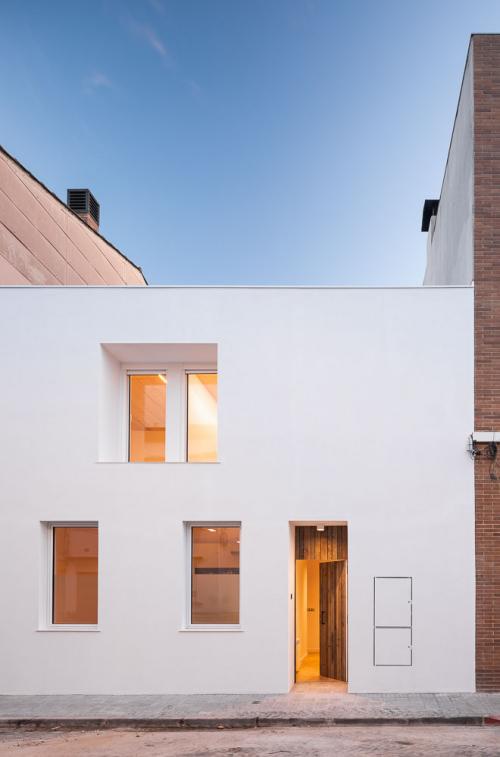 Composició arquitectònica de la façana principal mantenint les obertures existents en la planta baixa