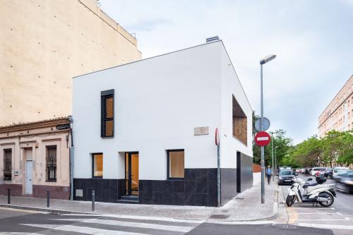 S'ha convertit una vella i petita casa de planta baixa en un habitatge modern, sostenible i eficient